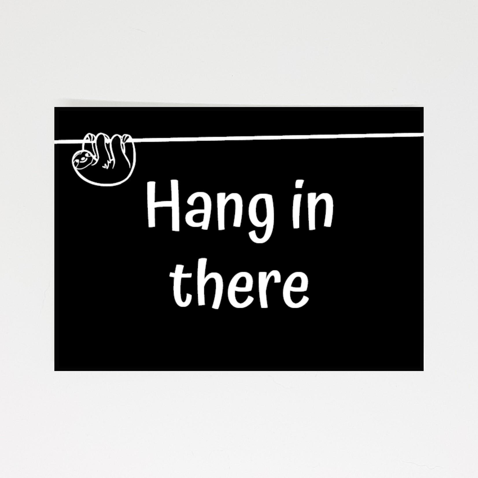 Ansichtkaart met de tekst Hang in there en een luiaard hangend aan een tak ter illustratie